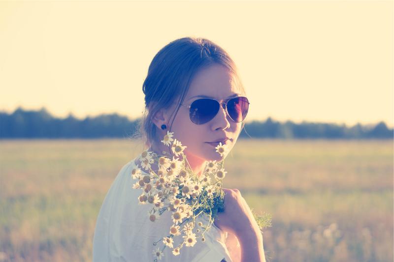 girl-flowers-2Bbuzia